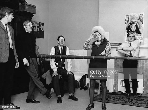 Photographie issue d'un reportage intitule 'Le Prince en toute simplicite' le Prince Charles etudiant en pleine repetition avec ses amis dans une des...