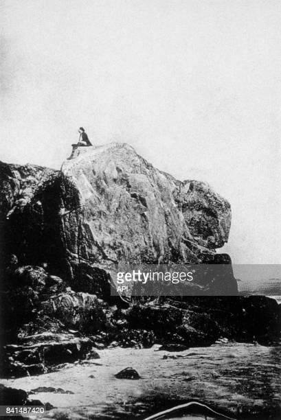 Photographie représentant l'écrivain français Victor Hugo sur le rocher des proscrits à Jersey à l'été 1853