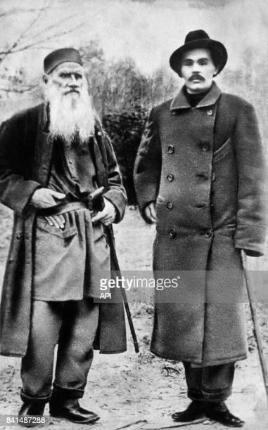 Photographie représentant les écrivains russes Léon Tolstoï et Maxime Gorki en extérieur
