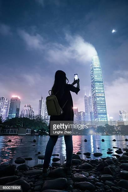 photographing city night - shenzhen - fotografias e filmes do acervo