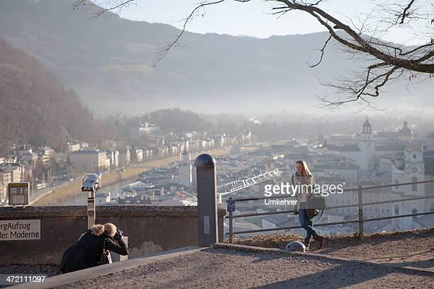 fotografieren mädchen in salzburg - umkehrer stock-fotos und bilder