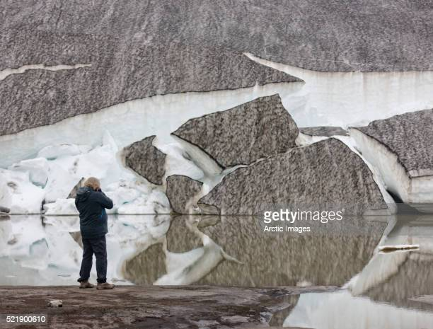 photographing glacial ice and reflections in melted water, iceland - fimmvorduhals volcano stockfoto's en -beelden