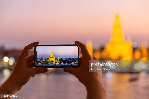 photographing wat arun temple at sunset with smartphone - digital viewfinder stock pictures, royalty-free photos & images