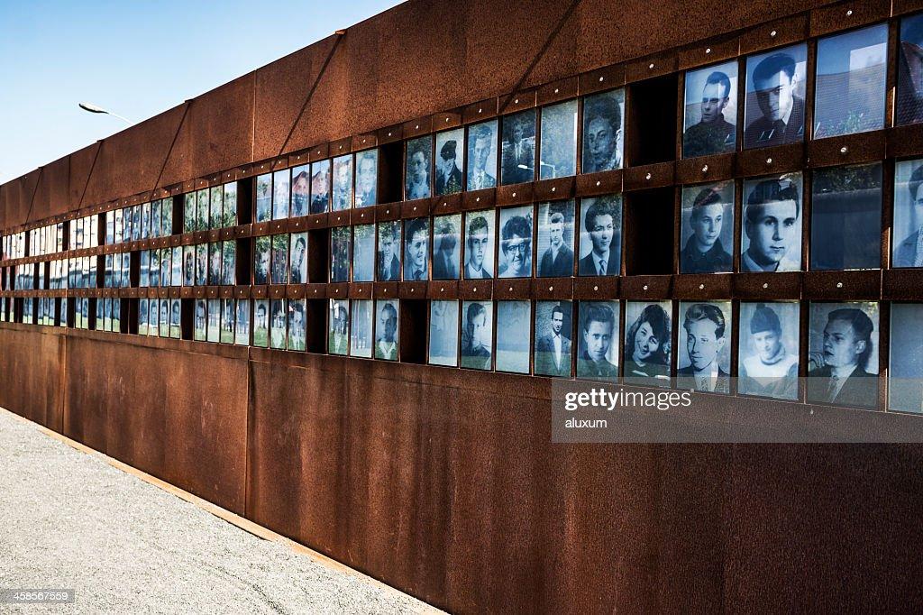 Fotografias dos derrotados durante a Guerra Fria em Berlim, Alemanha : Foto de stock