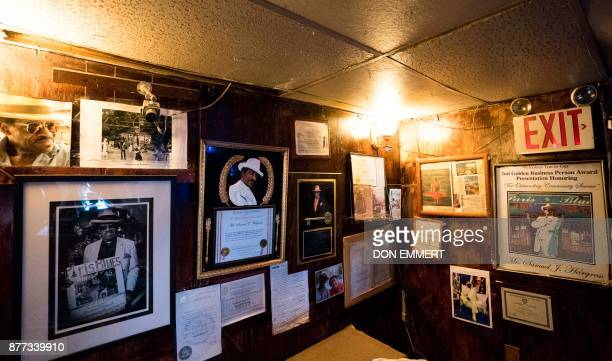 Photos and momentos of Samual Hargress hang on the wall of Paris Blues jazz bar in Harlem on November 17 2017 in New York In 1969 Samuel Hargress...