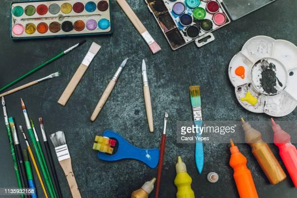 photos artist workplace, set of color paints on  black  desk - kunst und handwerksmaterial stock-fotos und bilder