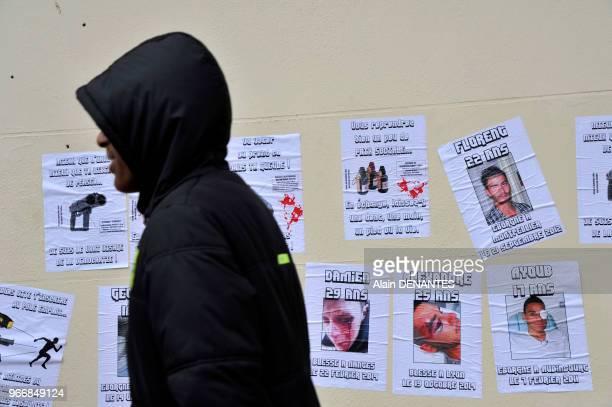 Photos portrait de jeunes personnes blessees par la police affichées sur la facade d'un batiment près d'un commissariat de police lors de la...