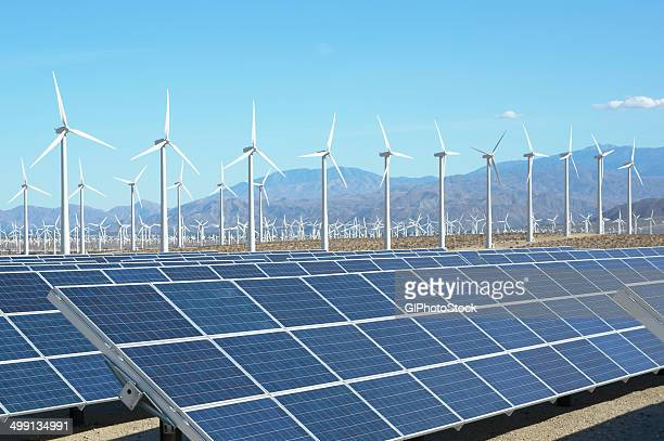photovoltaic solar panels and wind turbines, san gorgonio pass wind farm, palm springs, california, usa. this solar installation has a 2.3 mw capacity - windenergie stockfoto's en -beelden