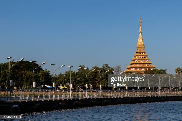 phra mahathat kaen nakhon stupa. - tim bewer stock pictures, royalty-free photos & images