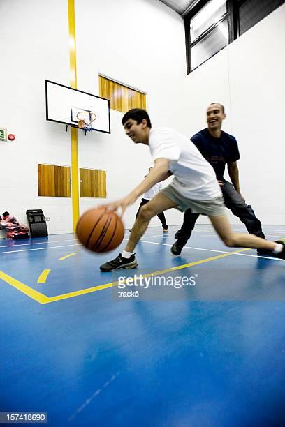 adolescente alunos: dribles de basquete - physical education - fotografias e filmes do acervo