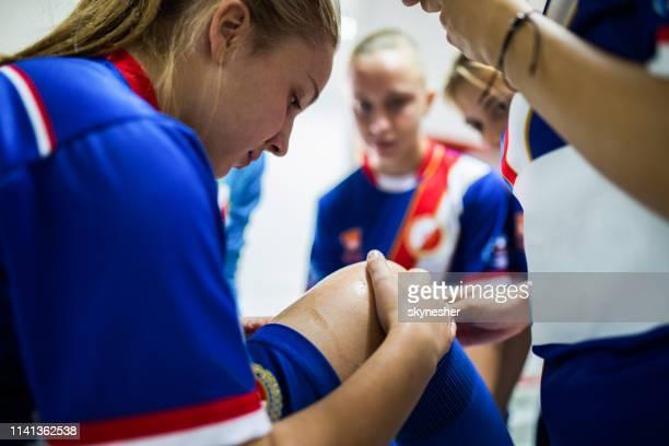 lichamelijk letsel van vrouwelijke voetbalspeler! - kleedkamer vrijetijdsfaciliteiten stockfoto's en -beelden