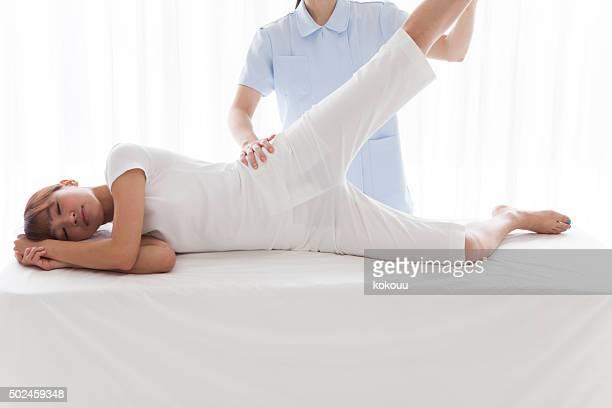 Kinésithérapeute donnant un massage des jambes
