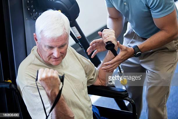 Physiotherapeutin helfen Patienten