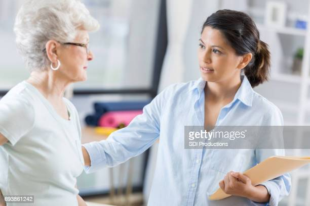 Physiotherapeut Gespräche mit älteren Frau