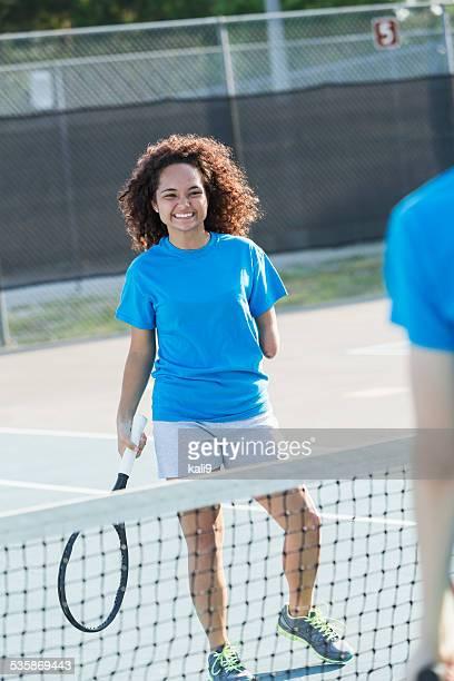 10 代の少女のご不自由なお客様のためのテニス