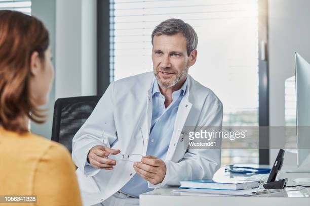 physician patient talk - dokter stockfoto's en -beelden