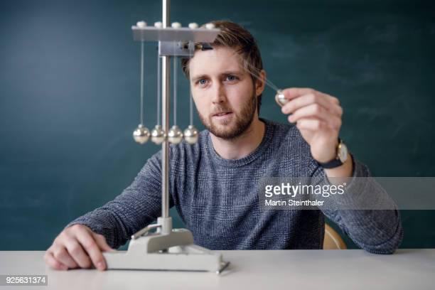 physik lehrer mit kugelstoßpendel - newton iowa stock pictures, royalty-free photos & images