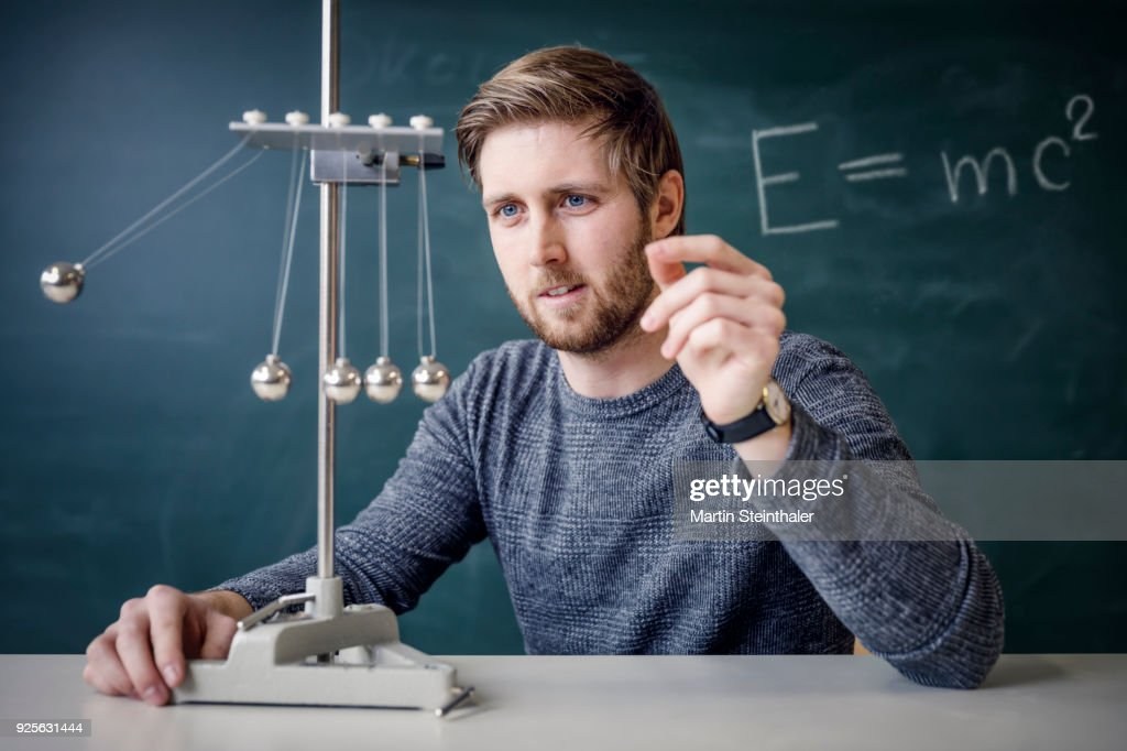 Physik Lehrer mit Kugelstoßpendel : Stock Photo