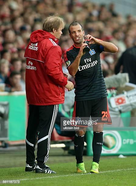 Physiotherapeut Joerg Jörg Fick, Rafael van der Vaart, Aktion, Tablette Pille schluckend , HSV Hamburger SV, DFB Pokal, Sport, Fußball Fussball,...