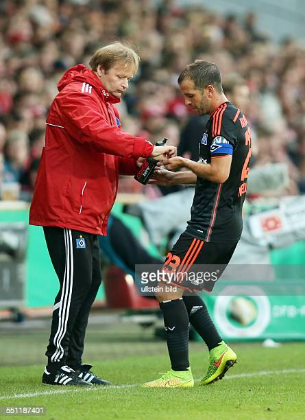 Physiotherapeut Joerg Jörg Fick, Rafael van der Vaart, Aktion, Tablette Pille gebend nehmend , HSV Hamburger SV, DFB Pokal, Sport, Fußball Fussball,...