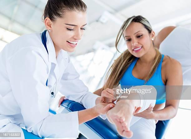 physiotherapist bandaged perna do doente. - coluna vertebral humana imagens e fotografias de stock