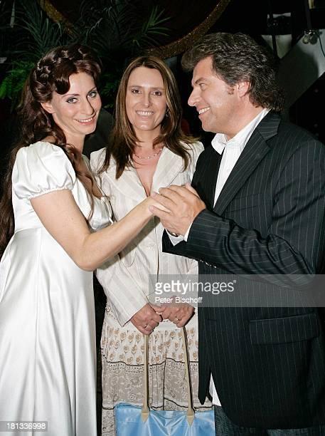 Pia Douwes Andy Borg Ehefrau Birgit Premiere zum Musical Elisabeth ApolloTheater Stuttgart Deutschland ProdNr 1162/2006 Ganzkörper Feier Party...
