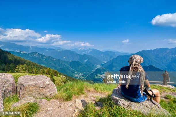 piani dell'avaro (avaro plateau), cristo redentore (christ the redeemer) view. - mauro tandoi stock pictures, royalty-free photos & images