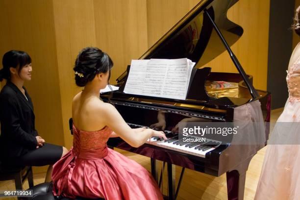 ピアニストとステージ上のフルート奏者。