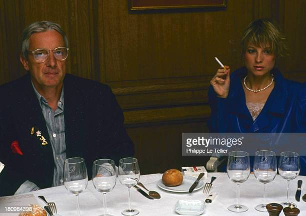 Pianist Helene Mercier and photographer Just Jaeckin during a dinner in 1988 FranceLa pianiste Helene Mercier et le photographe Just Jaeckin au cours...