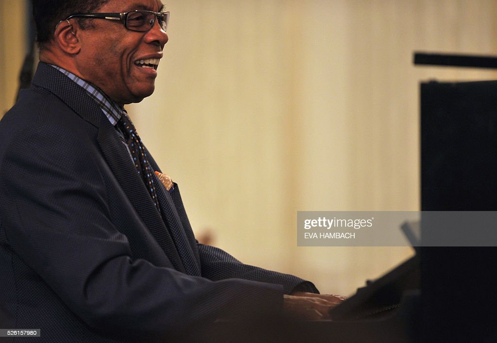 Pianist Herbie Hancock plays with master jazz students from the Thelonious Monk Institute of Jazz Performance at UCLA during a jazz student workshop hosted by US First Lady Michelle Obama as part of the International Jazz Day Celebration at the White House in Washington, DC 29 April, 2016. / AFP / EVA