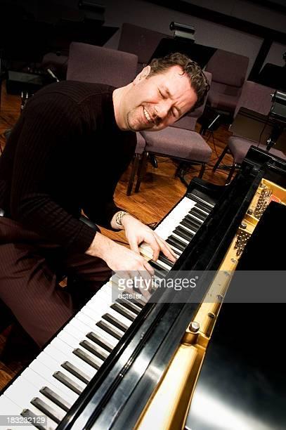 彼の音楽を演奏 - ピアノ奏者 ストックフォトと画像