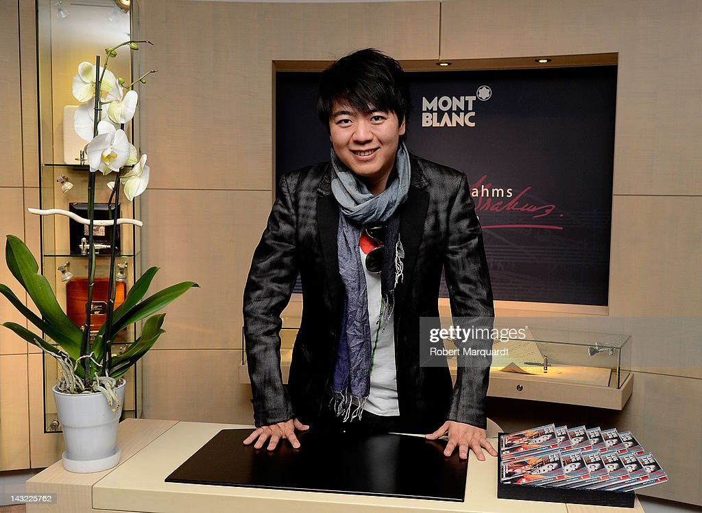Pianist Lang Lang autographs his latest CD 'Liszt My Piano