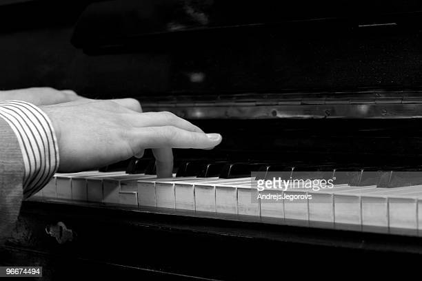 Pianiste jouant sur la très ancienne antique fortepiano