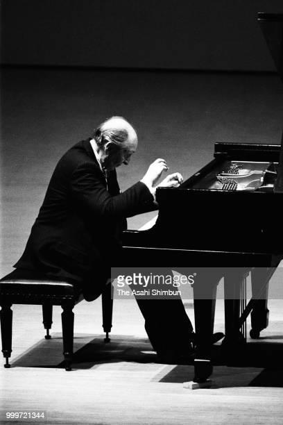 Pianist Vladimir Horowitz performs at the Showa Women's University Hitomi Memorial Hall on June 21, 1986 in Tokyo, Japan.