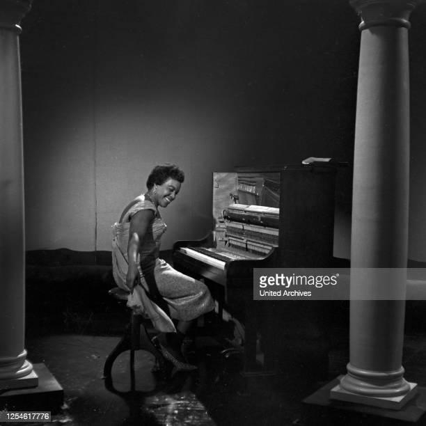 """Pianistin bei der NDR Musiksendung """"Musik für Millionen"""", Deutschland 1960er Jahre."""