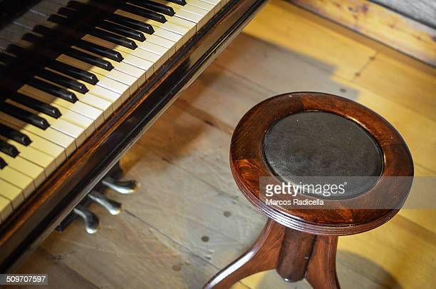 piano bench and keyboard - radicella stockfoto's en -beelden
