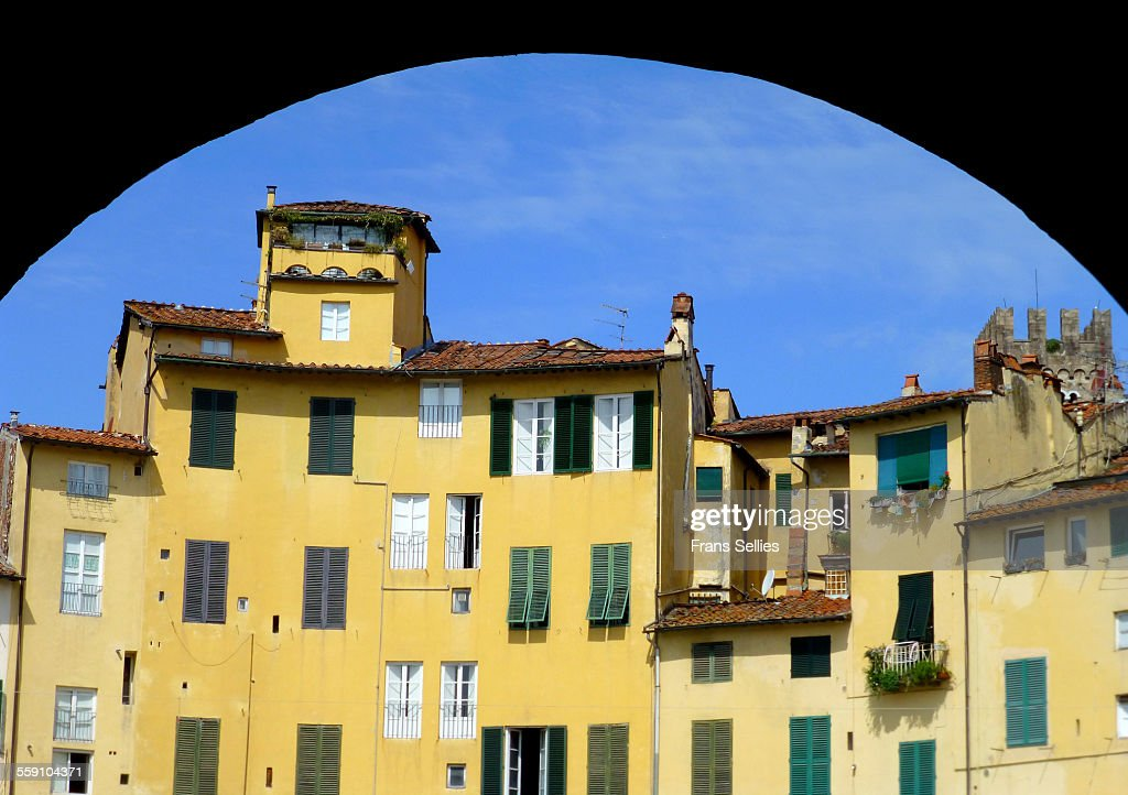 Piazza Anfiteatro, former amphitheatre in Lucca : Stockfoto