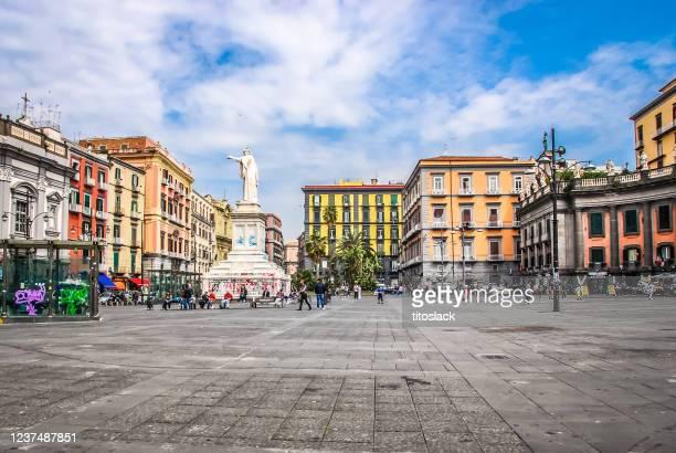 piazza dante ist ein großer öffentlicher platz in neapel, italien - neapel stock-fotos und bilder