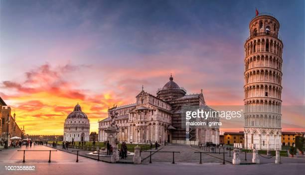piazza dei miracoli and the leaning tower of pisa - pisa stockfoto's en -beelden