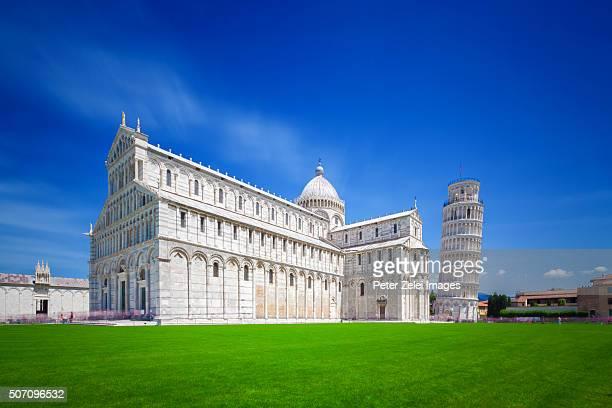 piazza dei miracoli in pisa, tuscany, italy - pisa stockfoto's en -beelden
