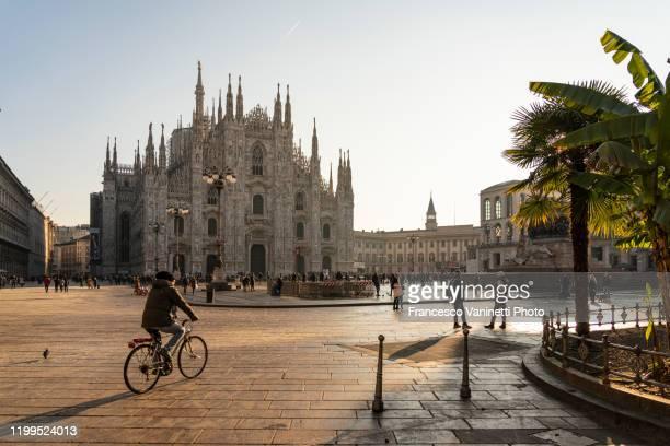 piazza del duomo (cathedral square) at sunrise, milan, italy. - milano bildbanksfoton och bilder