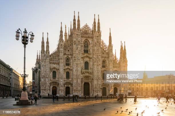 piazza del duomo (cathedral square) at sunrise, milan, italy. - duomo di milano foto e immagini stock