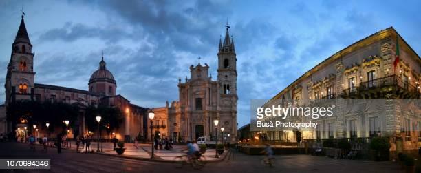piazza del duomo in acireale at night, sicily, italy - acireale stock-fotos und bilder