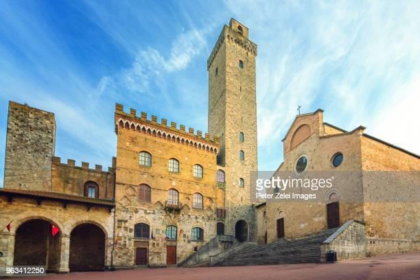 piazza del duomo in san gimignano, tuscany, italy - サンジミニャーノ ストックフォトと画像