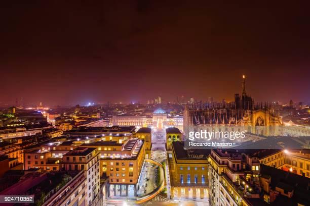 piazza del duomo, milano by night - milan fotografías e imágenes de stock