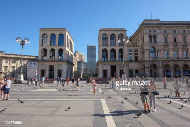 piazza del duomo with museo del novecento - piazza del duomo milano foto e immagini stock