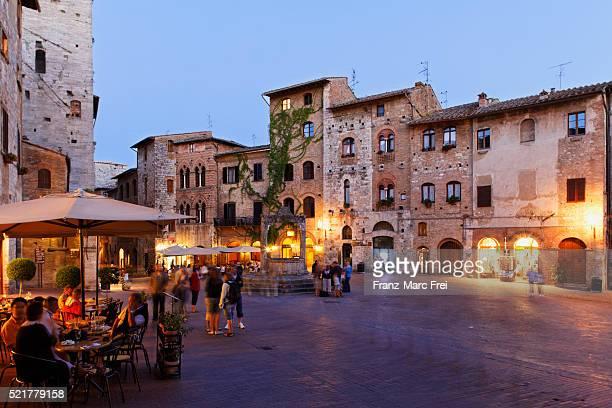 piazza della cisterna, san gimignano - siena itália imagens e fotografias de stock