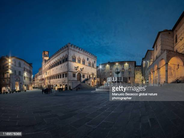 piazza della fontana a perugia in centro storico con le luci accese all'ora blu. - perugia stock pictures, royalty-free photos & images