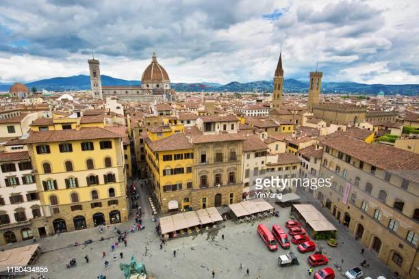 フィレンツェの歴史的で有名な町の広場、シニョーリア広場、イタリア - シニョーリア広場 ストックフォトと画像