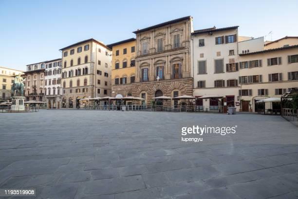 piazza della signoria at sunrise,florence - piazza foto e immagini stock
